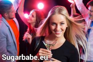 Sugarbabe mit Cocktail auf einer Party